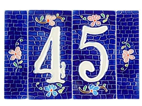 Il numero civico segno sulla parete in piastrelle di ceramica