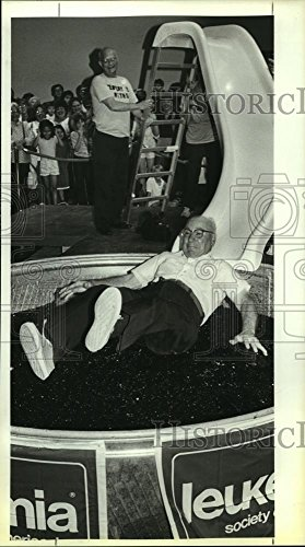 Historic Images 1986 Press Photo Mayor of Balcones Height, Emil Dieke, Gelatin, North Star Mall - 10 x 5.5 ()