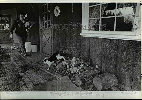 1984 Press Photo Elk Prairie rustic home in the foothills-Ferian totes - Fire Foothills