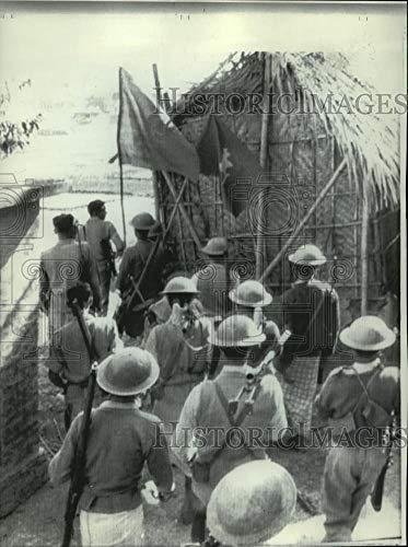 1971 Press Photo Armed Mukti Bahini guerrillas enter village, Bangla Desh - Historic Images