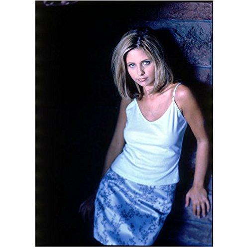 (Buffy the Vampire Slayer 8x10 Photo Sarah Michelle Gellar Leaning Against Wall White Top Blue Satin Flowered Skirt kn)