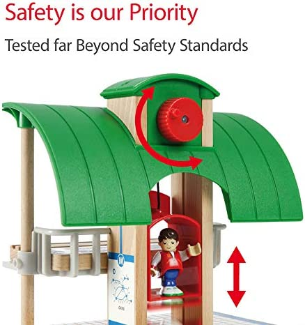 BRIO World 33052 Straßen & Schienen Bahn Set Deluxe – Straßen & Schienen für die BRIO Eisenbahn – Kleinkindspielzeug empfohlen für Kinder ab 3 Jahren