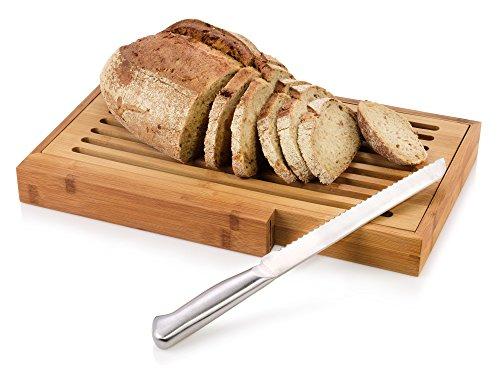 Bluespoon Brot Schneidebrett aus Bambus mit Krümelgitter und Edelstahl Brotmesser | Extra große Schneidefläche mit 39,5x24 cm | Praktische Verstauung des Edelstahl Brotmessers dank Einschub direkt am Brett | Herausnehmbares Krümelbrett