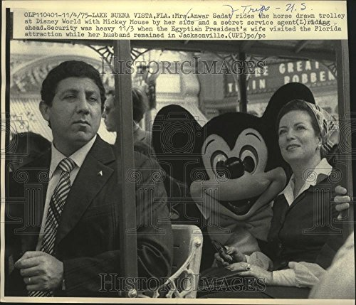 1975 Press Photo Mrs. Anwar Sadat at Disney World with secret service, - Vista Florida Buena World Lake Disney