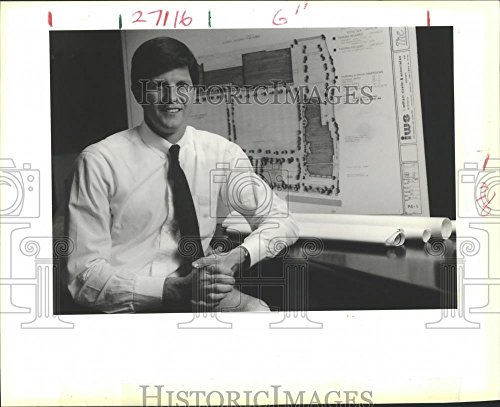 1988 Press Photo Darryl Berge shown with plans for new shopping center in - Shopping La In Kenner