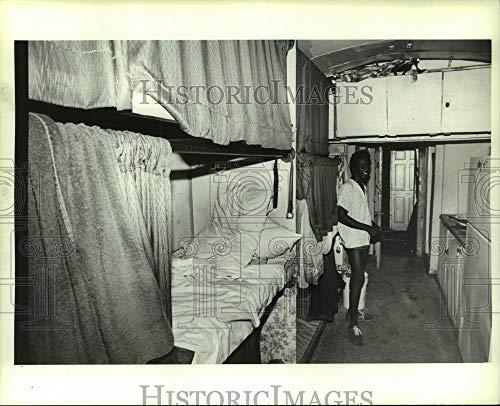 Vintage Photos 1984 Press Photo Circus Worker Reginald Carter in Train car in Alabama