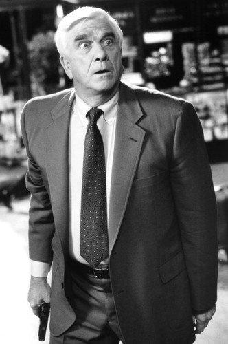 Moviestore Leslie Nielsen als Lt. Frank Drebin in Naked Gun 33 1/3: The Final Insult 91x60cm Schwarzweiß-Posterdruck