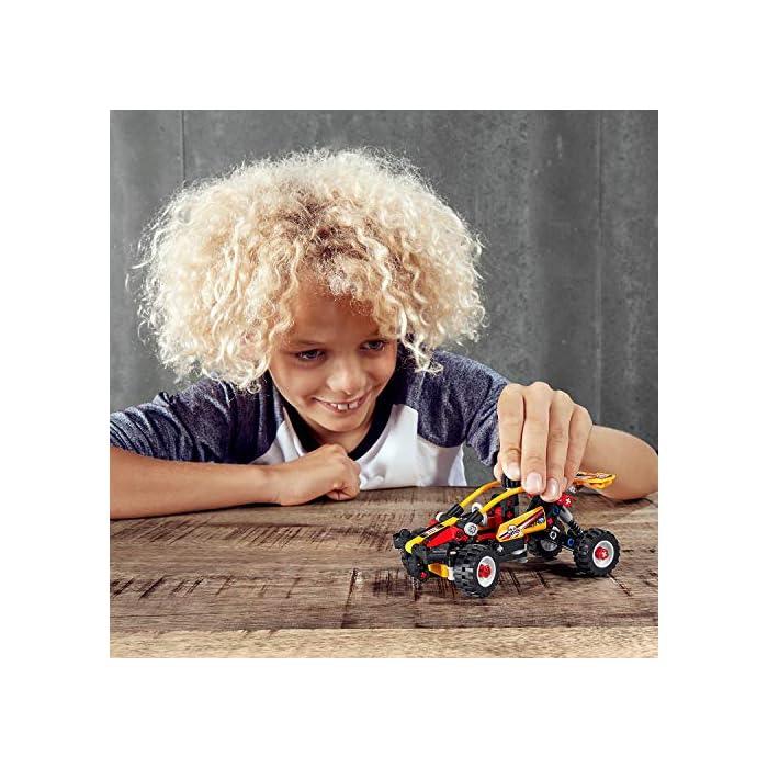 """51yfrRIl%2B1L ¡Un divertido desafío de construcción para niños que adoran los juguetes de carreras! Construye el Buggy y recrea una aventura de conducción por zonas escarpadas e irregulares. Conviértelo después en un coche de carreras para seguir divirtiéndote mientras lo transformas e interpretas competiciones de velocidad. Equipado con sistema de suspensión y mecanismo de dirección, este set de juguetes de acción (42101) propone un interesante desafío de construcción. Contribuye a desarrollar las habilidades de resolución de problemas y ofrece también un montón de oportunidades de practicar el juego imaginativo. El diseño """"2 en 1"""" duplica la diversión. Los niños pueden construir el Buggy y luego convertir la maqueta en un ágil coche de carreras. Cuando el modelo esté terminado, a los peques les encantará jugar con su creación o ponerla a interactuar con otros vehículos de juguete construibles."""