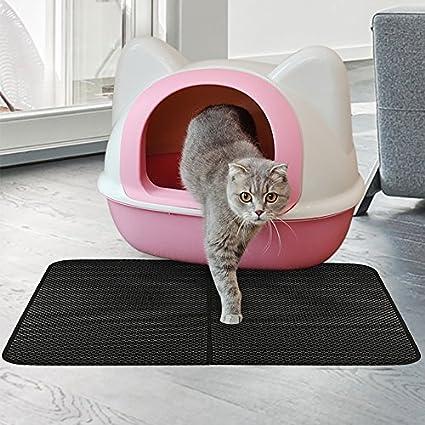 Gato saliendo de un transportín rosa y pisando un rascador plano marca Freesoo