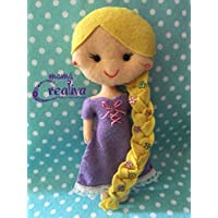Muñeca artesanal de fieltro inspirada en princesa Rapunzel