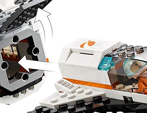 51z0UuLMSpL Incluye 4 minifiguras LEGO City: 2 astronautas y 2 miembros del equipo; incluye también una figura de un robot. Este set de juguetes inspirado en una estación espacial se compone de 3 módulos desmontables con techos también desmontables: un módulo de descanso y entrenamiento con cinta, cama antigravedad y pantalla de televisión, un módulo de laboratorio con ladrillo luminoso y herramientas de investigación, y un módulo de cocina con plantas y horno de pizza; cuenta además con un compartimento hermético central. Los módulos se pueden organizar de diferentes maneras alrededor del compartimento hermético central o sobre él. Este set de juguetes de astronautas basado en los equipos que usa la NASA incluye también un satélite desmontable con paneles solares plegables y una lanzadera espacial desmontable con espacio de carga y cabina abatible.