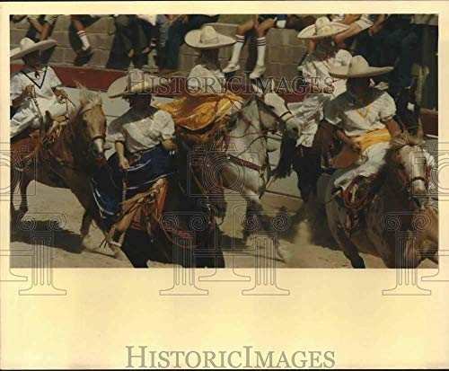1988 Press Photo San Antonio Charro Ranch girls ride in Mexican Charreada, Texas (Texas Best Ranch Girl)