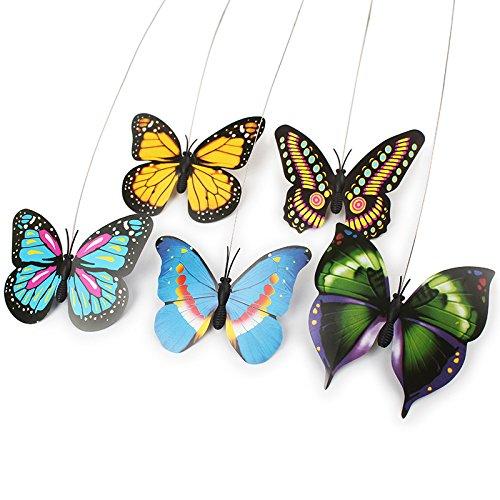 3 garçons jouent à attraper un papillon