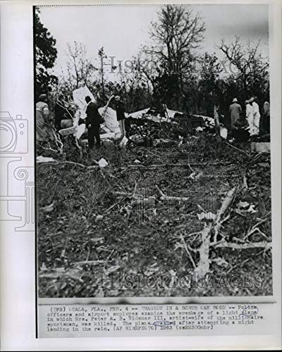 Historic Images - 1963 Vintage Press Photo Police and airport employees examine light plane wreckage