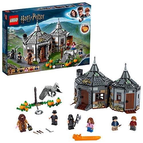 51zbP52mp2L. SS500 Incluye 6 minifiguras LEGO Harry Potter: Hagrid y, como novedad en junio de 2019, Harry Potter, Ron Weasley, Hermione Granger, el verdugo y el ministro de Magia; incluye también una figura de Buckbeak, el hipogrifo, con cabeza y alas móviles, sujeto con una cadena que se puede soltar este set lego harry potter cuenta con la cabaña de madera de hagrid, con 2 secciones para construir y un huerto de calabazas en el exterior la estancia de la cabaña lego de hagrid donde está su escritorio contiene además una silla, una vela, un arcón, una rana de chocolate, un ejemplar de el profeta y una araña
