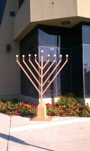 Giant Beautiful 9ft Display Indoor/Outdoor Chanukah Menorah ()