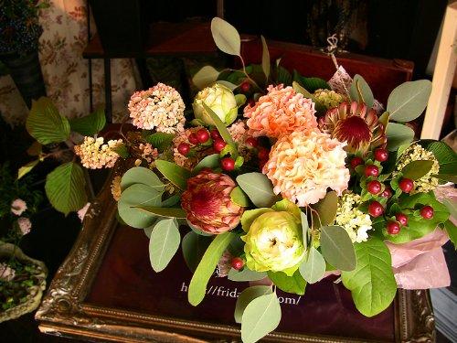【パリスタイルの花屋】プロテアリシアンサスのゴージャスアレンジ 開店祝い個展開催のお祝い楽屋花 各種お祝い記念日に B005GBYI42