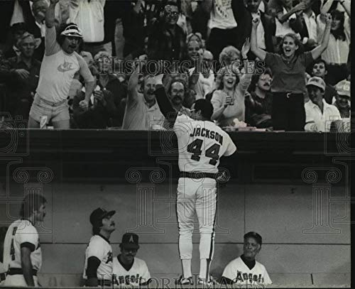 1982 Press Photo Brewers' Reggie Jackson waves to fans after a home run