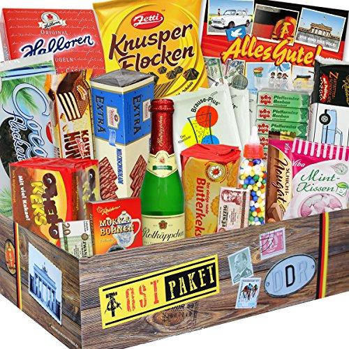 Ostpaket Süssigkeiten mit DDR Waren wie: Zetti Cocosflocken, DDR Schokoladen Geldschein, Rotkäppchen Sekt, Halloren Kugeln Classic, Liebesperlen, Trabi Puffreis Schokolade ... +++ Traditionsprodukte im DDR Paket mit Ost Waren Ostpaket DDR Geschenkbox DDR Produkt DDR Süßigkeiten-Box Waren DDR Geschenk für den Mann