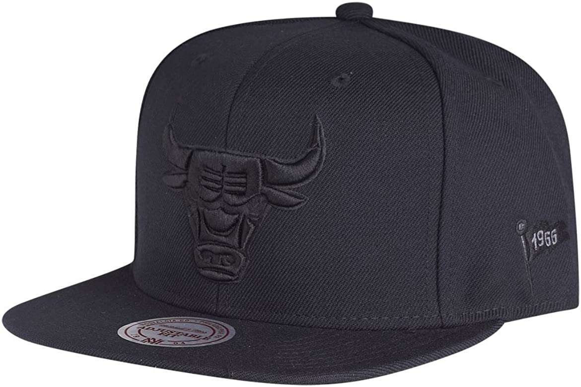 Mitchell & Ness Chicago Bulls Black On Black EU482 Snapback Cap ...