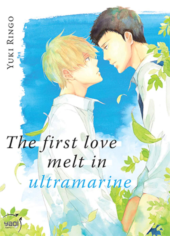 """Couverture du manga """"The first love melt in ultramarine"""". On y voit les bustes de deux adolescents de profil, l'un blond et l'autre brun. Ils se regardent dans les yeux, entourés par le ciel bleu et des feuilles d'arbre."""