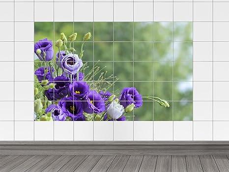 Piastrelle adesivo piastrelle quadro violette fiori su un prato