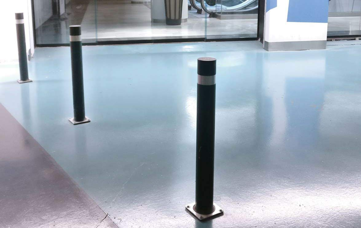 Pilona flexible de alta resistencia y flexibilidad negra 2- PIlonas Bolardo flexible A-Flex B con placa