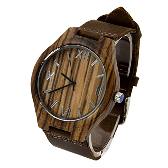 Hombre de vetas de madera reloj con números romanos