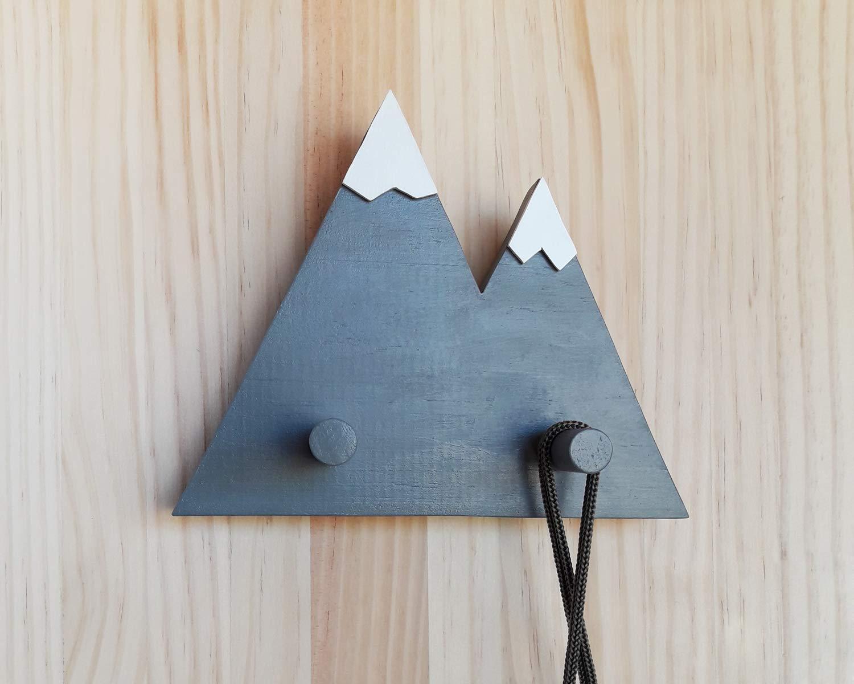 Perchero gris de madera con forma de montañas de estilo ...