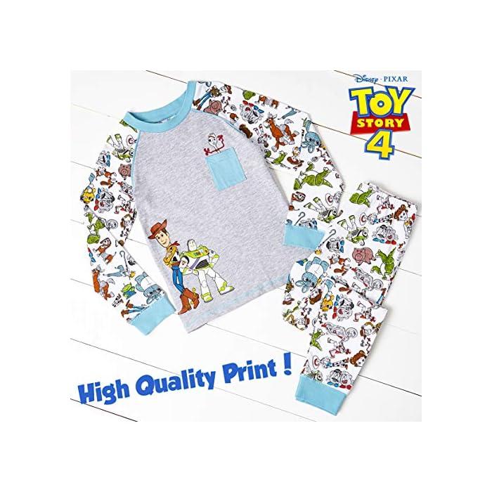 6113AgneQaL ? ¡ PIJAMA EXCLUSIVO DE TOY STORY 4 DE DISNEY PIXAR!: Estos pijamas infantiles son imprescindibles para todos los fans de Toy Story 4. Las características de este adorable pijama son: Woody y Buzz Lightyear en la parte delantera, un pequeño bolsillo frontal con un bonito estampado de Forky en la parte superior, en todas las mangas y la parte inferior, puños elásticos en las mangas y el detalle del cuello. Camiseta de manga larga y pantalones largos. Ideal para dormir o para los domingos caseros ? ¡ CON TUS PERSONAJES FAVORITOS DE TOY STORY 4! : Disfrute de estos cómodos pijamas bebe y pijamas niño para dormir. ¡Con Woody, Buzz Lightyear, Betty Bo Peep, Jessie La Vaquera, Slinky, Rex, Forky, Hamm, Mr y Mrs Potato, Barbie, Duke Caboom, Alien, Ducky y Bunny, Gabby Gabby y Perdigón! Pijamas novedosos con licencia oficial adecuados para niños pequeños e infantes, será un conjunto de pijama que no querrán quitarse. 100% Algodón