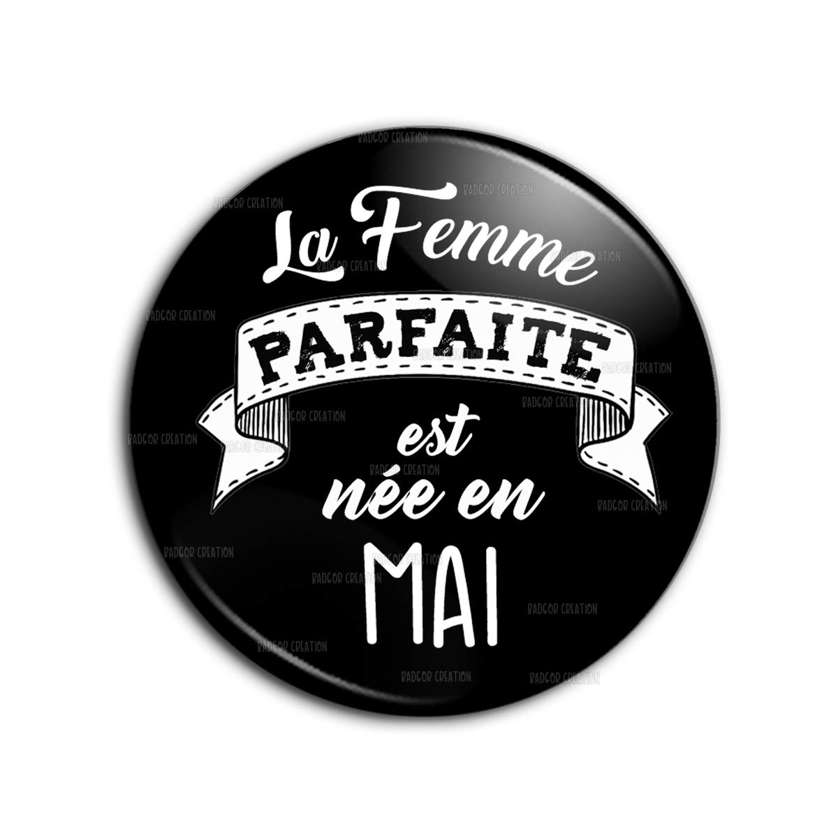 Badge 38mm La Femme Parfaite est Née en MAI - Blanc sur Noir - Humour Femme Idée Cadeau Anniversaire Fêtes Pins Bouton Epinglette