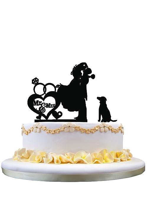 Pareja besando la toalla de la torta de boda con el perro Srta. Sra.