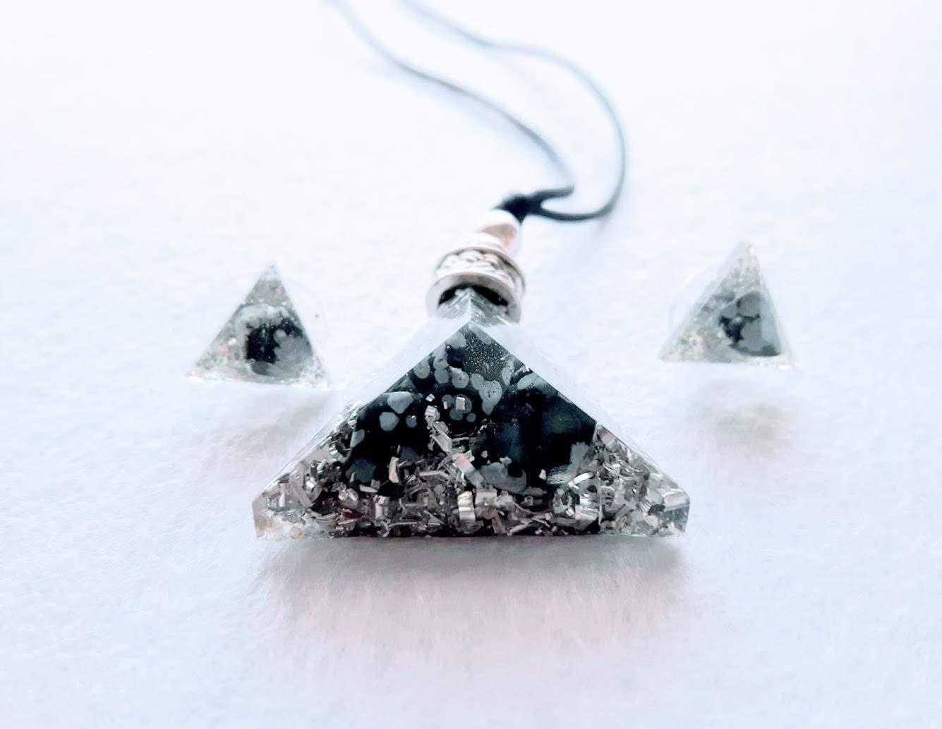Colgante orgonita en forma de piramide triangular y pendientes a juego en tonos blanco, negro y plateado con Obsidiana nevada
