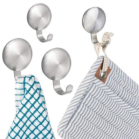 mDesign – Ganchos para colgar toallas autoadhesivos – Colgadores de pared para baño – Toallero sin
