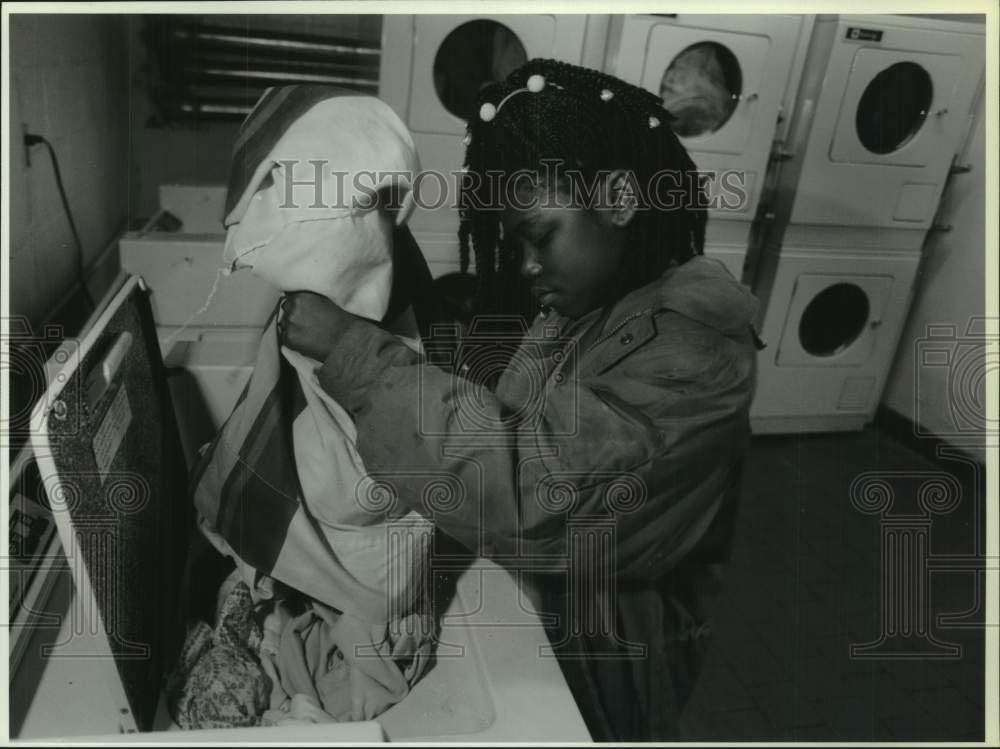 Historic Images -1992 Press Photo Shelly Reese, Hilltop Apartment Resident at Laundry Room