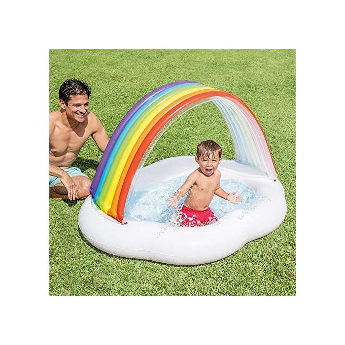 6122t XgJAL La primera piscina de tu peque, con la piscina hinchable para bebé Intex la diversión está asegurada El hinchable mide 142x 119x84 cm y está fabricado en vinilo resistente de 0,25 mm de grosor Tiene un colorido parasol con forma de arcoíris y una capacidad para 82 litros, tras llenar la piscina el nivel agua llega a los 13 cm