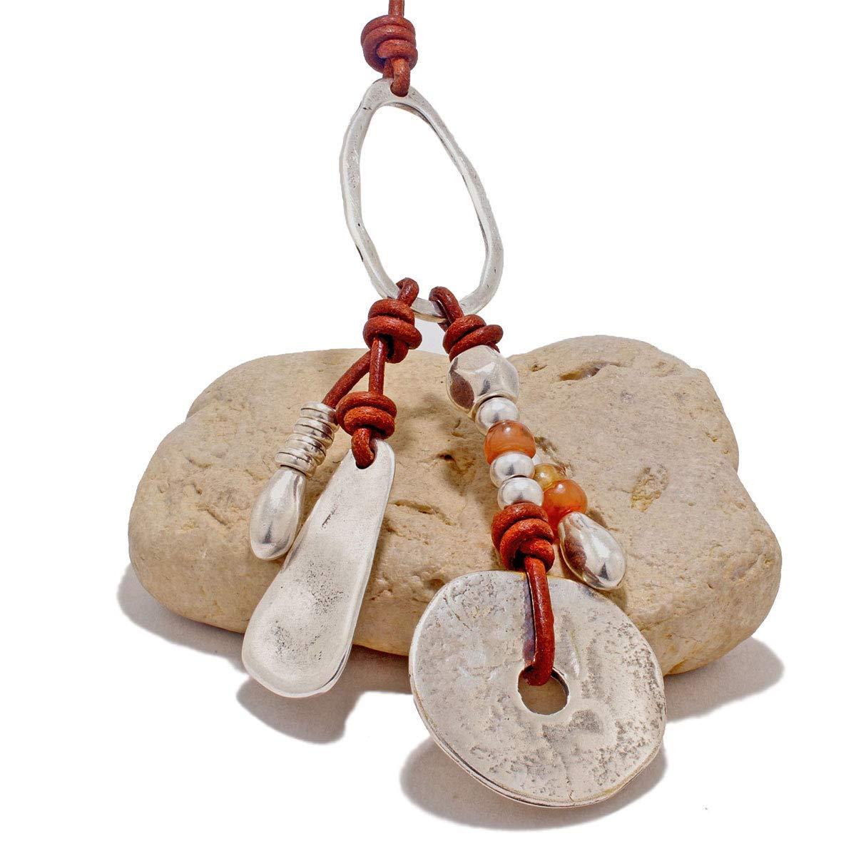 Collar largo hecho a mano de cuero, abalorios de zamak y resinas por Intendenciajewels - Collar largo mujer - Collar de cuero y zamak - Joyeria artesanal