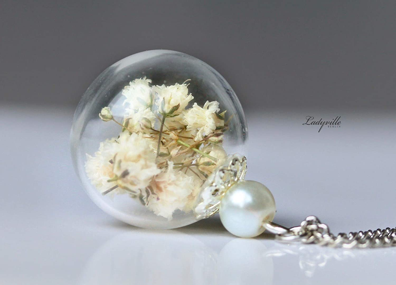 Kette - Weiß e Blü ten in Glaskugel mit Perle