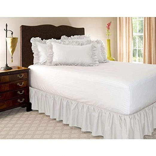 Pliegues de cama elásticos alrededor de la falda de la cama ...
