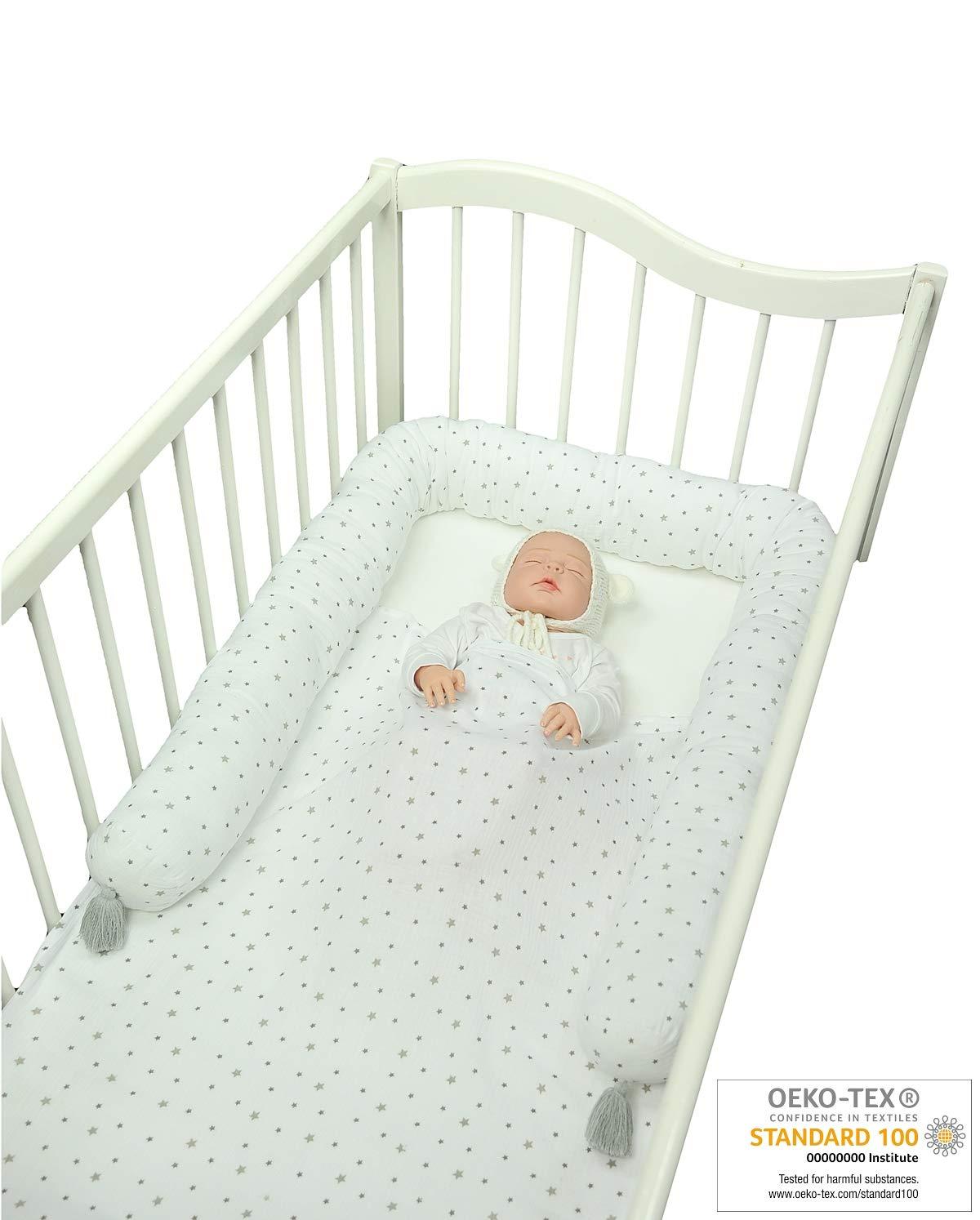 MoMika Serpent de lit pour lit à barreaux ou poussettes 200 cm Couches en coton avec des pompons mignons.