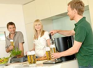 Mann schenkt mit Zapfanlage seinen Gästen Bier ein - Zapfanlage für zuhause kaufen