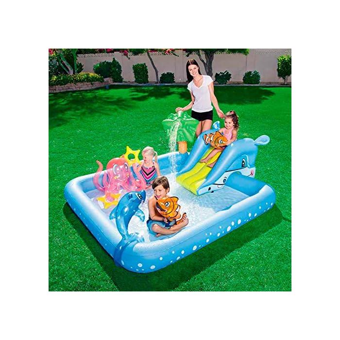 613WBP0JZgL Tiene unas medidas de 239x206x86 cm y soporta hasta 45 kg de peso Se debe conectar a manguera de jardín y tiene una capacidad de 308 litros La palmera rociará agua sobre los niños para divertirse
