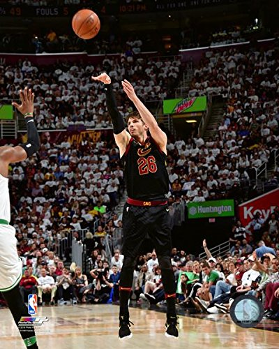 Kyle Korver Nba - Kyle Korver Cleveland Cavaliers 2018 NBA Playoff Action Photo (Size: 11