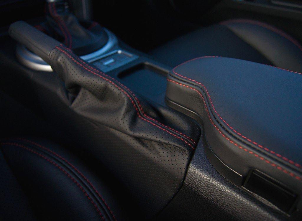 Amazon.com: Nissan Frontier 2005-14 cubierta de apoyabrazos de RedlineGoods: Automotive