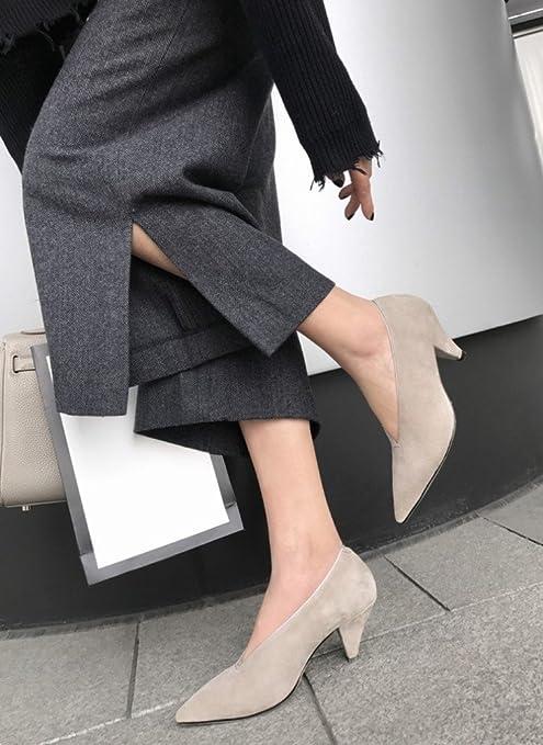 AN Le scarpe a mano tirano su belle gambe mostrano belle scarpe da donna a  punta 984a81106fc