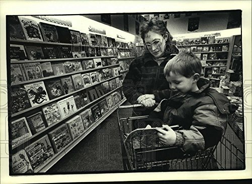 Vintage Photos 1993 Press Photo Linda Myszewski, and Son in Books R Us at Toys R Us, Brookfield -