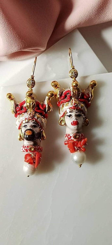 Orecchini Siciliani con Teste di Moro in Ceramica di Caltagirone Dipinta a Mano e Perle Barocche