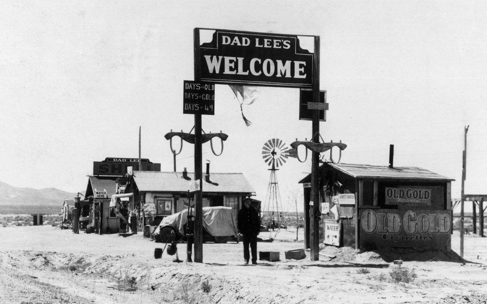 Oreana、ネバダ州 – ビューのDad Lee 's Welcome Sign 36 x 54 Giclee Print LANT-13238-36x54 B01M3TBYS8  36 x 54 Giclee Print