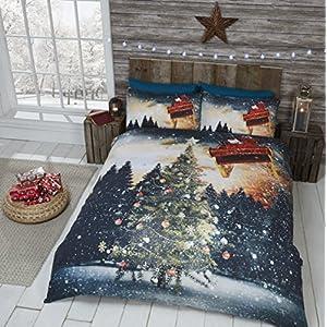 Christmas Tree Set comprensivo di Copripiumino per Letto Matrimoniale e 2 federe, Fantasia con Albero di Natale, Slitta e Babbo Natale, Multicolore 1 spesavip