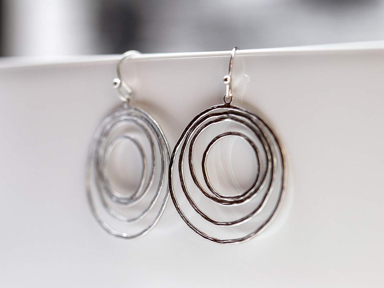 Retro-Ohrringe: 60er/70er Hänge-Creolen-Ohrringe, Ohrhaken, filigrane, asymmetrische Kreise in matt-silber, das perfekte Geschen
